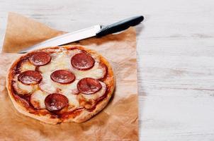 bakad hemlagad pizza på bakpapper foto