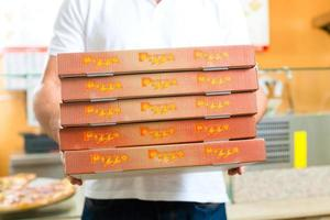leveransservice - man som håller pizzaskrin foto