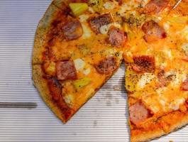 hawaiiansk pizza i låda. foto