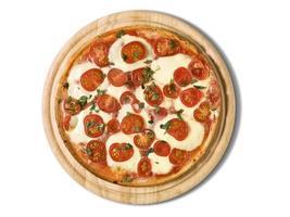 traditionell pizza margharita ovanpå träfat foto