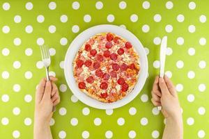 kvinna äter pizza foto