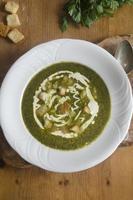 vild vitlök och potatis soppa foto