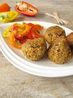 falafelbollar med paprika foto