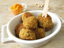 falafelbollar med morötter dopp foto