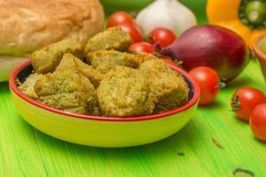 falafel och andra ingredienser i Mellanöstern foto
