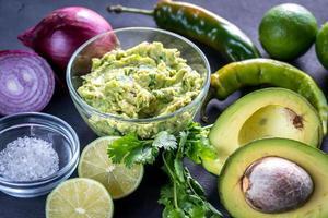 guacamole med ingredienser foto