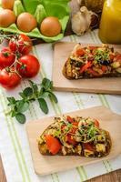 ät rent - vegetarisk rostat bröd med grönsaker foto