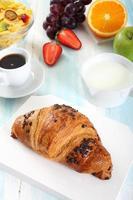 frukost croissant och frukt foto