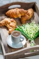 sött kaffe och croissant foto