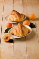 croissanter med aprikosmarmelad foto