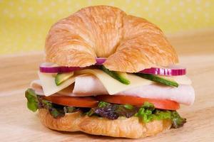 kalkon croissant smörgås foto