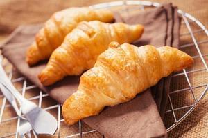 franska croissanter serveras dagligen till frukost. foto