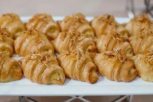 färska croissanter med rostat kokos till frukost foto
