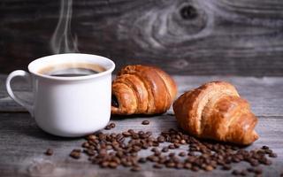 kaffe och färsk croissant foto