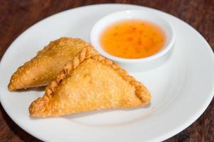 thai förrätt, curry puff foto