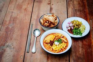 thailändsk mat (norra thailändska nudelskurisoppa) foto
