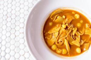 sur soppa gjord av tamarind och fisk på skålen.
