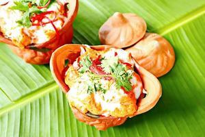 läcker thailändsk mat, ångad fisk med curry pasta. foto