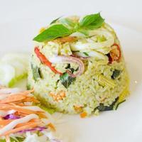 stekt ris med kycklinggrön curry foto
