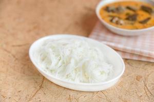 thai vermicelli ätit med curry foto