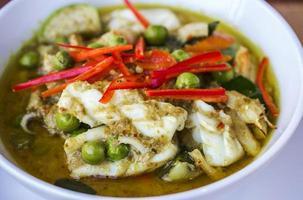 thailändsk skaldjur grön currymat foto