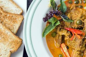 asiatisk thailändsk mat - curry med fläsk foto