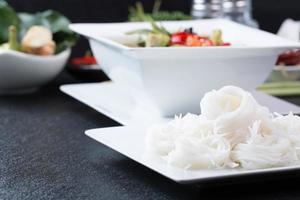 grön curry och thailändsk nikkerstil foto
