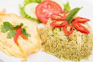 stekt ris med grön curry, thailändsk mat foto