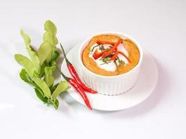 ångad fisk med curry pasta i kopp, thailändsk mat,