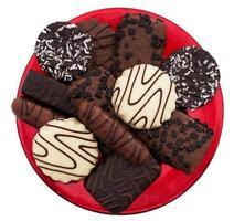 choklad kex sortiment isolerad på den röda plattan foto