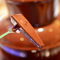 choklad fontän med frukt foto