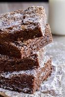 hemlagad dubbel choklad bitar brownies foto