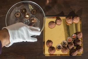 choklad i en lyxig glasskål foto