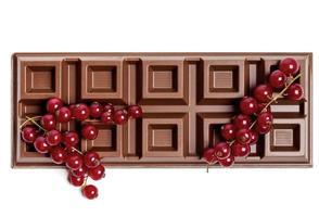 chokladkaka med röda vinbär foto
