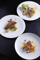 tre tallrikar med mat på bordet foto