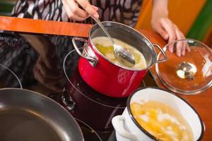matlagning soppa foto