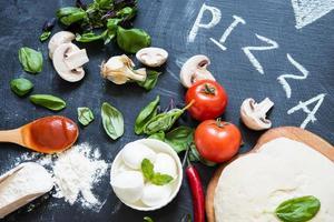 deg och ingredienser för pizza foto