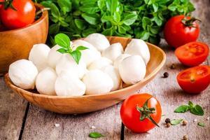 mozzarella, organiska körsbärstomater och färsk basilika foto