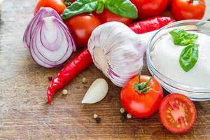 ingredienser för tomatsås på wod board, träskiva, ovanifrån