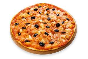 läcker pizza med ananas, kyckling och oliver foto