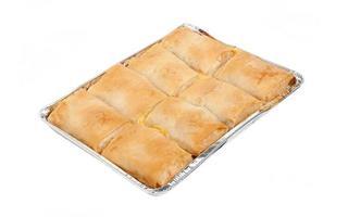 ost paj i aluminium ugn maträtt på isolerad på vit bakgrund foto