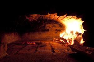 en traditionell ugn för bakning av pizza