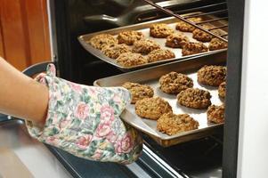 bakning kakor i ugnen foto