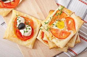 mini puffar med tomater, ost och ägg foto