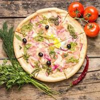 läcker pizza med ingredienser runt foto