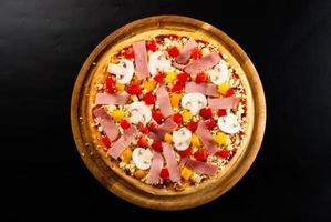rå pizza på brädet foto