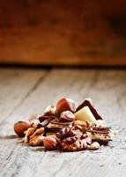 hasselnötter, valnötter, mjölk och vit choklad foto