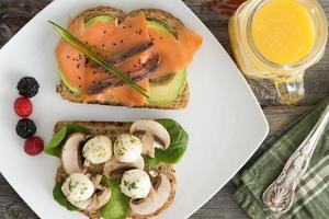 hälsosamma picknick snacks med apelsinjuice foto