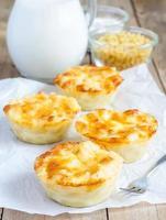 makaroner och ost bakad som små pajer foto
