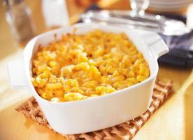 bakad makaroni och ost i ugnsform foto